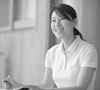 「ごろすけ保育園」初代園長の約仕赤絵さん。札幌の店舗勤務だった頃、出産で離職する従業員の多さに悩んだ小田社長から、「事業所内保育所を作らないか」と声をかけられた。折しも自身が妊娠中で、育児休暇と公休利用制度を使い、保育士資格を取得した。「2007年の開設当初は不安でいっぱいでしたが、社長の〝資格より人格だ。胸を張れ〟に励まされました」